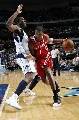 图文:[NBA]休斯顿火箭负小牛 麦迪运球突破