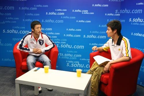 图文:邹市明做客搜狐聊天 与主持人相对而坐