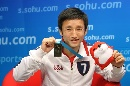 图文:邹市明做客搜狐聊天 展示金牌和小狐狸