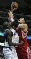 图文:[NBA]火箭负小牛 姚明内线对抗