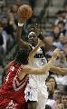 图文:[NBA]火箭负小牛 斯科拉对抗霍华德