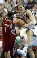 图文:[NBA]火箭负小牛 麦迪德克大碰撞