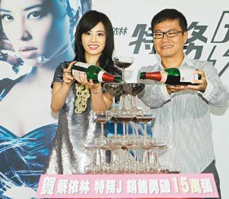 陈泽杉(右)擅长企画宣传,但许多举措也充满争议。