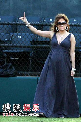 詹妮弗-洛佩兹挺大肚观看棒球赛