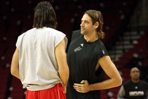图文:[NBA]马刺VS火箭 阿根廷同胞亲切交谈