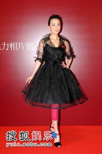 刘嘉玲昨手戴巨钻出席某化妆品活动