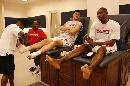 图文:[NBA]马刺VS火箭 姚明和穆大叔放松