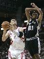 图文:[NBA]火箭主场胜马刺 姚明内线单打邓肯