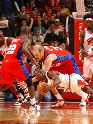 图文:[NBA]公牛VS快船 卡曼奋力拼抢