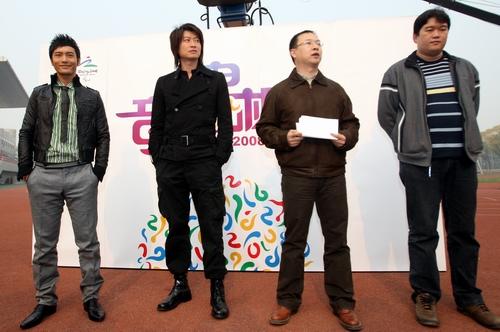 黄晓明(左一)、游鸿明(左二)出席了简短的开拍新闻发布会