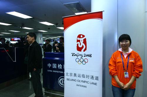 一位志愿者在奥运临时通道服务