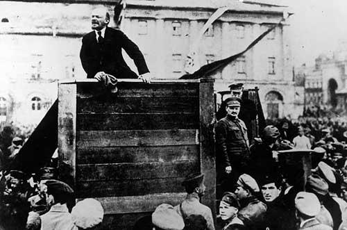 精神领袖列宁——起义总指挥托洛茨基站在指挥台