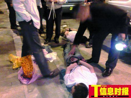 民警在高速公路湛江阳梅出口抓获黄某纳、黄某策兄弟。
