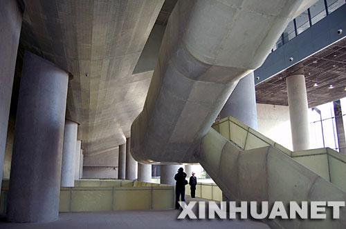 11月3日,一位参观者在竣工的数字北京大厦内部拍照。