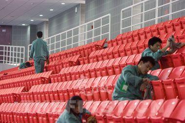 工作人员正在清洁座椅