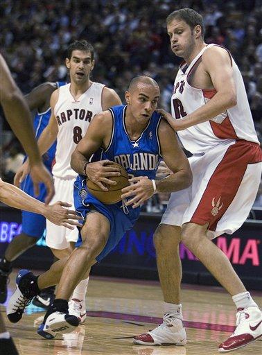 阿罗约/图文:[NBA]魔术VS猛龙阿罗约更像打橄榄球
