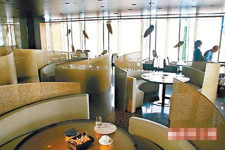 位于10楼的餐厅,可从落地窗俯瞰银座街道景观。