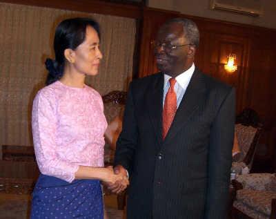 联合国秘书长缅甸问题特使甘巴里与缅甸民盟总书记昂山素季会晤。新华/路透