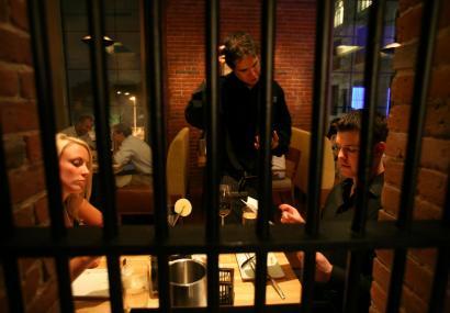 顾客可以从原装栏栅,向身着标有犯人编号囚衣的男女服务员点吃烟熏龙虾浓汤或柑橘烤大虾。