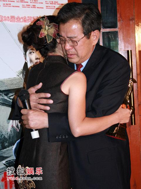 颜丙燕和父亲深情相拥