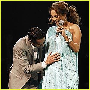 在舞台上公布怀孕消息的J.lo