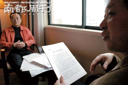 周小良(近)和王东劲(远)出狱后一直在搜集证据,期待申诉翻案。