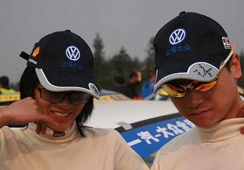 图文:全国汽车拉力赛龙游站 赛前的韩寒和王睿