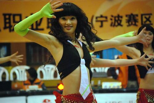 图文:[CBA]八一篮球宝贝献舞 性感十足