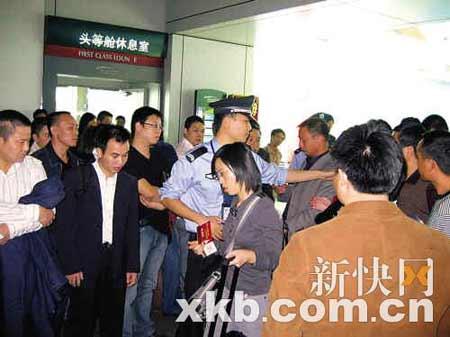 警察维持秩序,让旅客通行。