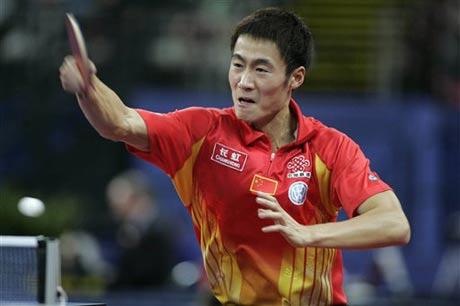 图文:德国乒乓球公开赛 王励勤反手猛拉弧圈