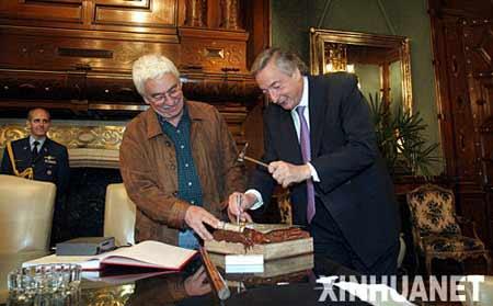 11月8日,在阿根廷首都,阿根廷现任总统基什内尔(右)和工匠一起
