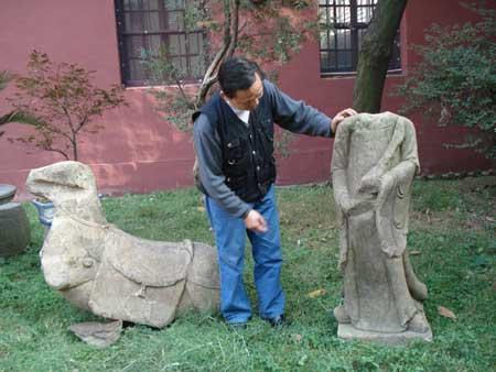 在五陂河内发现的精美石马(左)和石人(右)。