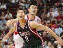 图文:[NBA]火箭胜雄鹿 易建联与姚明抢篮板
