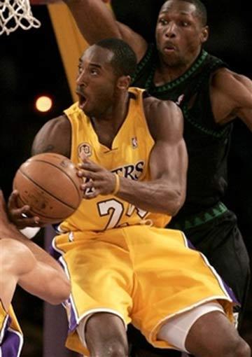 图文:[NBA]湖人vs森林狼 科比单打拉特利夫