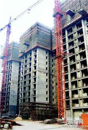 郑州大型社区8幢高楼违建 明目张胆抗法1年