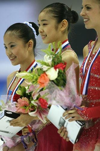 女单自由滑金妍儿(中)冠军,张圆圆(左)亚军