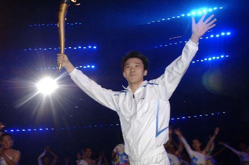 图文:少数民族传统体育运动会开幕 火炬手亮相