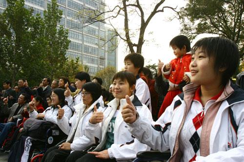 图文:残奥会倒计时300天志愿者活动运动员代表