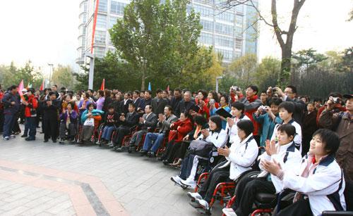 图文:参加残奥会倒计时300天志愿者活动的人士