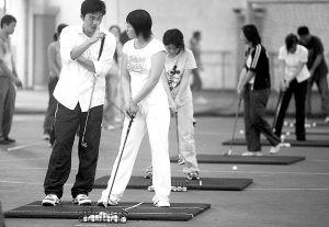 照片:2006年10月16日,上海财经大学的第一堂高尔夫球课开始了。根据学校统计,选修高尔夫课程的人非常多,能否参加学习,还是通过电脑随机抽取决定的。郭新摄(资料图片)