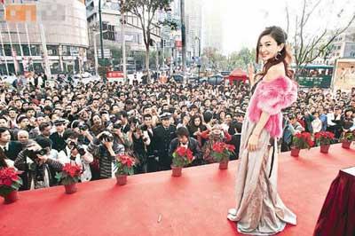 温碧霞在上海举行写真集签售会,吸引不少人捧场,场面热闹