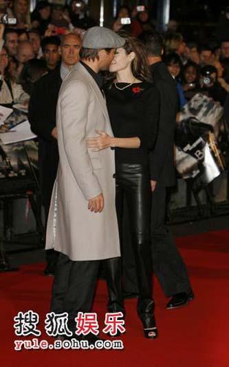 皮特与朱莉在红毯上热吻起来