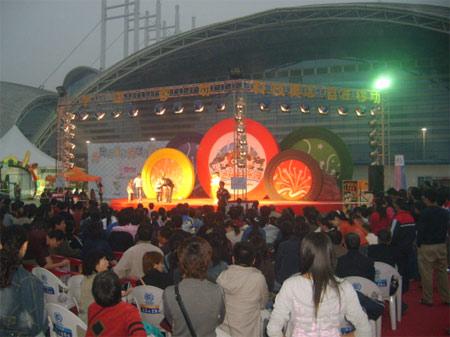 图文:奥运福娃乐园西安站 观看福娃剧的场景