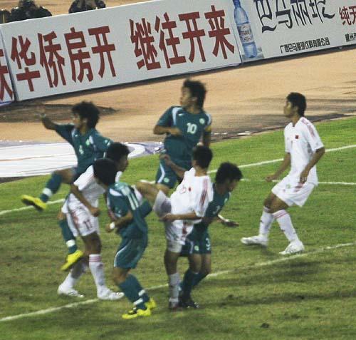 图文:[亚青赛]国青VS澳门 门前混战