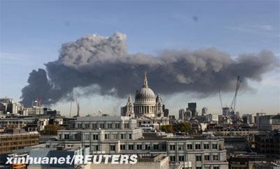 11月12日,英国伦敦东部斯特拉福德地区上空升起滚滚浓烟,警方称这是该地区的一个旧车库发生火灾造成的。 新华社/路透