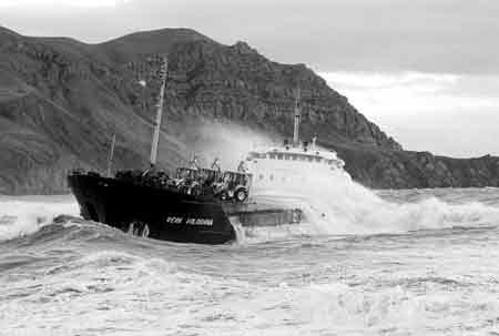 俄籍货船搁浅在岸边