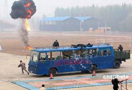 中国武警部队特勤大队进行反恐演习。