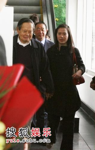 杨振宁一路紧握娇妻的手
