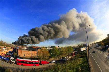 11月12日,英国伦敦东部斯特拉福德地区上空升起滚滚浓烟炮。