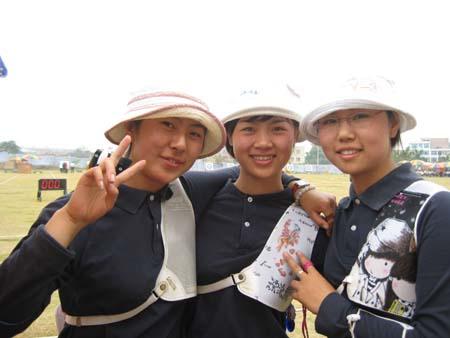 冠军赛后合影 从左至右为张云录、祁娜和陈玲